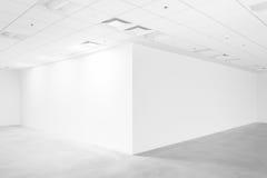 L'espace vide blanc avec le plafond et le plancher Photos stock