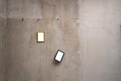 L'espace vide de cadre pour votre annonce - petites images accrochant sur un mur gris photographie stock