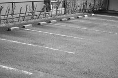 L'espace vide de parking dans la ville, ton noir et blanc Photos stock
