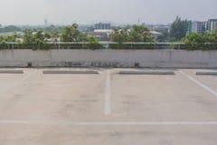 L'espace vide du parking de voiture sur le plancher de dessus de toit des bâtiments Photos stock