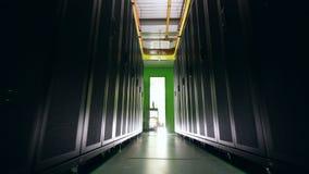 L'espace vide entre deux rangées des serveurs Centre de traitement des données, protection des données, ptotection de données, ma clips vidéos