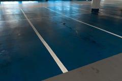 L'espace vide libre de parking en parking multi d'histoire de centre commercial photos stock