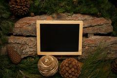 L'espace vide pour le texte sur le tableau noir avec la décoration d'hiver Photographie stock
