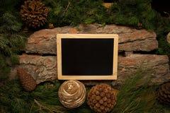 L'espace vide pour le texte sur le tableau noir avec la décoration d'hiver Photo libre de droits