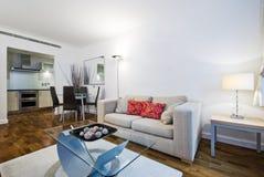 L'espace vivant de plan ouvert moderne avec la zone dinante Photo stock