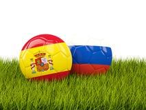 L'Espagne contre la Russie Concept du football Les football avec des drapeaux sur g vert Images libres de droits