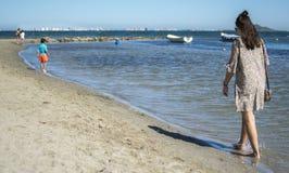 L'Espagne, Murcie - 22 juin 2019 : Tenue décontractée de port de jeune femme heureuse marchant sur la plage photo stock