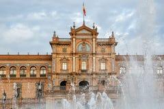 L'Espagne Square Plaza de Espana est dans Maria Luisa Park publique, en Séville, vue par la fontaine Images libres de droits