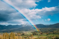 l'espagne Vue panoramique de paysage de montagnes de Pyrénées avec Rainb photo stock