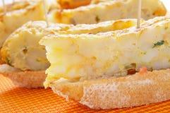 L'Espagnol pincho de tortilla, omelete espagnol a servi sur le pain Photos stock