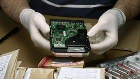 L'esperto nella polizia esamina il disco rigido alla ricerca di prova video d archivio