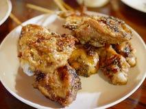 L'esperto pollo con i semi di coriandolo ha grigliato - l'alimento della via in Tailandia immagine stock