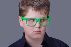 L'esperto - ragazzo sorpreso che indossa i vetri verdi Immagini Stock