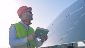 L'esperto sta ispezionando la qualità dell'pannelli solari Concetto di conservazione di potere di ecologia archivi video