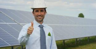 L'esperto tecnico in pannelli fotovoltaici a energia solare, telecomando realizza le azioni sistematiche per usando pulito, r del Fotografia Stock Libera da Diritti