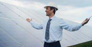 L'esperto tecnico in pannelli fotovoltaici a energia solare, telecomando realizza le azioni sistematiche per usando pulito, r del Immagini Stock