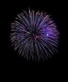 L'esplosione blu dei fuochi d'artificio nella fine scura del fondo su con il posto per testo, il festival dei fuochi d'artificio  Fotografia Stock