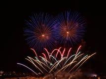 L'esplosione Colourful dei fuochi d'artificio nella fine scura del fondo su con il posto per testo, il festival dei fuochi d'arti Immagini Stock