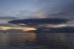 L'esplosione nucleare drammatica come si rannuvola il tramonto filippino fuori dall'isola di Panglao, le Filippine Fotografia Stock
