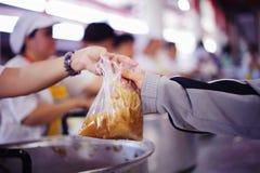 L'espoir des pauvres en donnant la nourriture de charité à l'impeccable : Le concept du Mindfulness images libres de droits