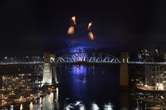 L'esposizione dei fuochi d'artificio dalla celebrazione di luce nell'inglese del ` s di Vancouver abbaia fotografia stock