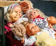 L'esposizione delle bambole di plastica della seconda mano 70s per la riutilizzazione gioca Immagini Stock