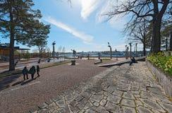 L'esposizione delle statue a Millesgarden con la molla fiorisce fotografia stock
