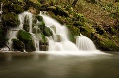 L'esposizione lunga del ferro di Mells funziona la cascata a Somerset, Inghilterra Immagine Stock
