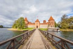 L'esposizione lunga ha sparato del castello medievale antico all'isola di Trakai immagine stock libera da diritti