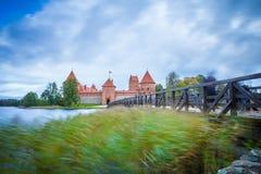 L'esposizione lunga ha sparato del castello medievale antico all'isola di Trakai fotografia stock libera da diritti