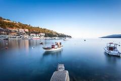 L'esposizione lunga ha sparato della baia croata nella città di Labin presa all'alba all'ora blu immagini stock