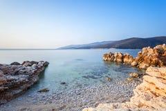 L'esposizione lunga ha sparato della baia croata nella città di Labin presa all'alba all'ora blu immagine stock libera da diritti