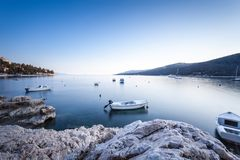 L'esposizione lunga ha sparato della baia croata nella città di Labin presa all'alba all'ora blu fotografia stock
