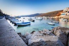 L'esposizione lunga ha sparato della baia croata nella città di Labin presa all'alba all'ora blu fotografia stock libera da diritti