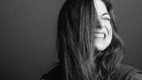 L'espressione facciale facente smorfie della collera della donna ha scoperto i denti fotografia stock