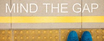 L'esprit de signe que l'espace a peint sur le bord de la plate-forme de la station de train Photographie stock