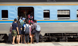 L'essai de passagers à monter dans le train Photo stock