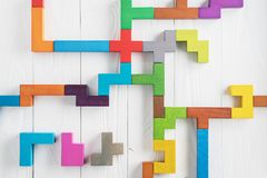 L'essai de QI choisissent la réponse correcte Tâches logiques composées de formes en bois colorées, vue supérieure Tâche logique  photographie stock