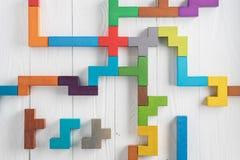 L'essai de QI choisissent la réponse correcte Tâches logiques composées de formes en bois colorées, vue supérieure Tâche logique  photos libres de droits