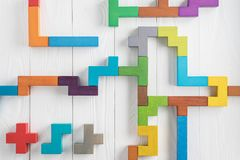 L'essai de QI choisissent la réponse correcte Tâches logiques composées de formes en bois colorées, vue supérieure Tâche logique  image stock
