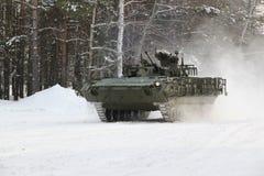 L'essai du véhicule de combat amélioré d'infanterie BMP-2 en hiver conditionne Photo stock