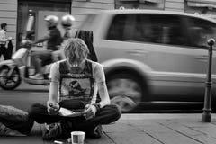 L'essere senza tetto sfida il mondo moderno Immagine Stock