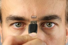 L'essere umano collega il cavo al connettore sul suo fronte fra gli occhi, primo piano, concetto Immagini Stock