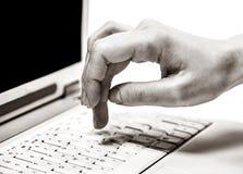 L'essere umano cosegna la tastiera del computer portatile durante digitare immagine stock libera da diritti