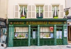 L `-Estaminet restaurang i Chartres, Frankrike royaltyfri bild