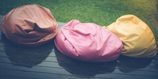L'estate è andata Tre beanbags bagnati sul terrazzo Fotografie Stock