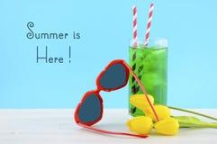 L'estate è qui concetto con gli occhiali da sole rossi di forma del cuore Immagine Stock Libera da Diritti