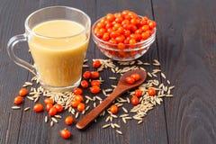 L'estate antiossidante casalinga fruttifica frullato con l'avena su rustico immagine stock