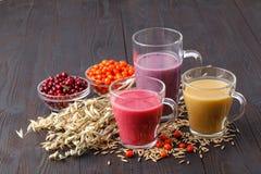 L'estate antiossidante casalinga fruttifica frullato con l'avena su rustico fotografia stock