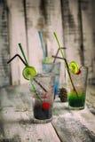 L'estate beve con ghiaccio, ciliege fresche, limone Immagini Stock Libere da Diritti